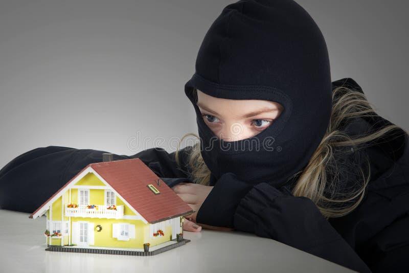 Εγκληματικός διαρρήκτης σχεδίων στο σπίτι στοκ φωτογραφία με δικαίωμα ελεύθερης χρήσης
