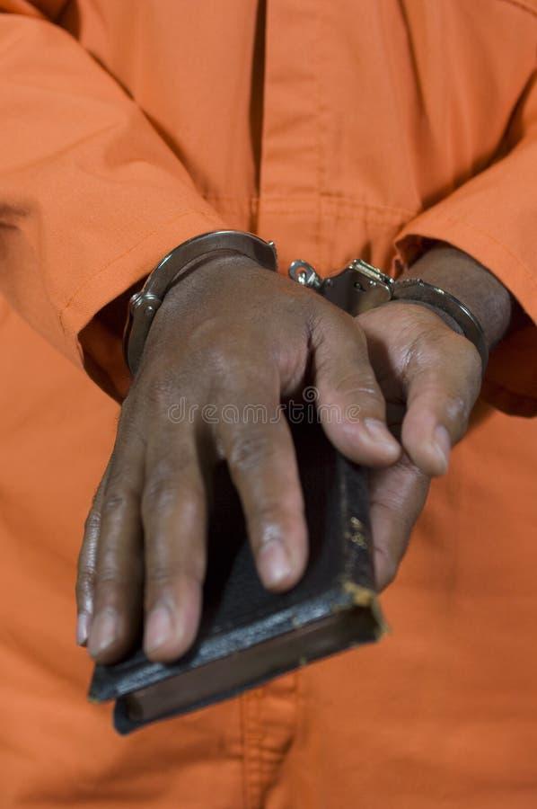 Εγκληματικός παίρνοντας όρκος στο δικαστήριο στοκ εικόνες με δικαίωμα ελεύθερης χρήσης
