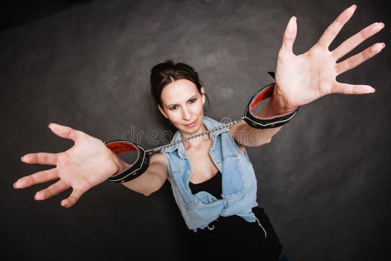 Εγκληματικός φυλακισμένος γυναικών σύλληψης που παρουσιάζει χειροπέδες στοκ εικόνα με δικαίωμα ελεύθερης χρήσης