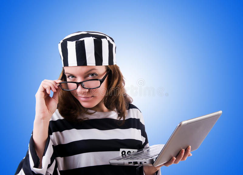Εγκληματικός χάκερ με το lap-top ενάντια στην κλίση στοκ φωτογραφία με δικαίωμα ελεύθερης χρήσης