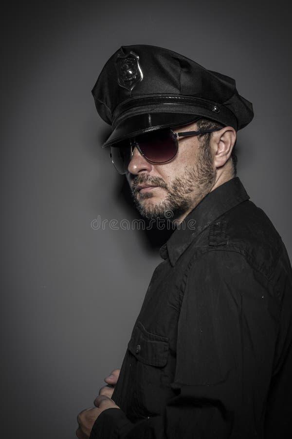 Εγκληματικός, όμορφος αστυνομικός, προκλητική αστυνομία στοκ εικόνες