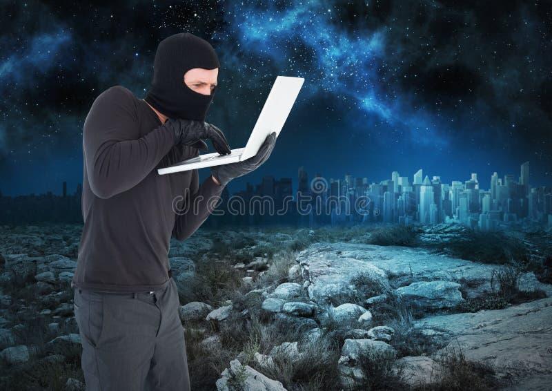 Εγκληματικό άτομο balaclava στο lap-top μπροστά από το τοπίο τη νύχτα ελεύθερη απεικόνιση δικαιώματος