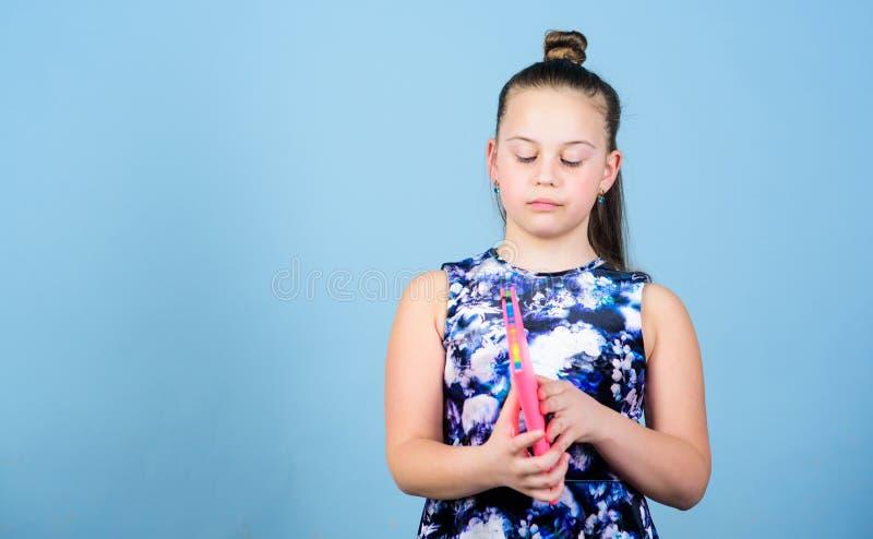 Εγχειρίδια για το γράψιμο σχολικά ημερολόγια για την παραγωγή των σημειώσεων μικρό κορίτσι με το ρόδινο βιβλίο σημειώσεων r στοκ εικόνες