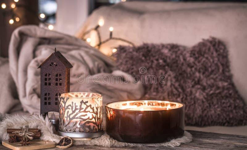 Εγχώρια ακόμα ζωή στο εσωτερικό με τα όμορφα κεριά, στο υπόβαθρο ενός άνετου εγχώριου ντεκόρ στοκ εικόνες