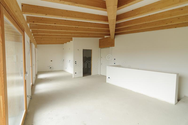 Εγχώρια ανακαίνιση: μεγάλος ανοιχτός χώρος με τις εκτεθειμένες ξύλινες ακτίνες στοκ φωτογραφίες