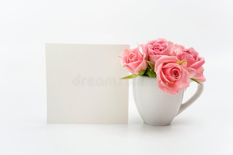 Εγχώρια διακόσμηση, κενά κάρτα και φλυτζάνι με τα τριαντάφυλλα στοκ φωτογραφία με δικαίωμα ελεύθερης χρήσης