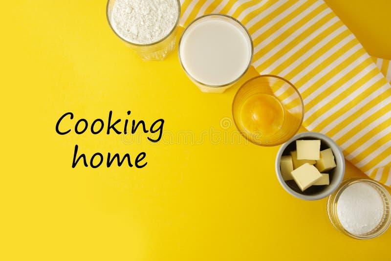 Εγχώρια επιγραφή μαγειρέματος, εγγραφή Πλαίσιο συστατικών για τη ζύμη ή το επιδόρπιο ψησίματος - βούτυρο, αλεύρι, αυγά, γάλα, ζάχ στοκ εικόνα με δικαίωμα ελεύθερης χρήσης