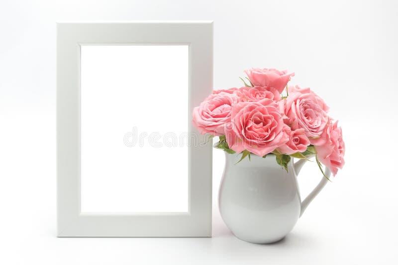 Εγχώρια διακόσμηση, πλαίσιο εικόνων και φλυτζάνι με τα τριαντάφυλλα στοκ εικόνες με δικαίωμα ελεύθερης χρήσης