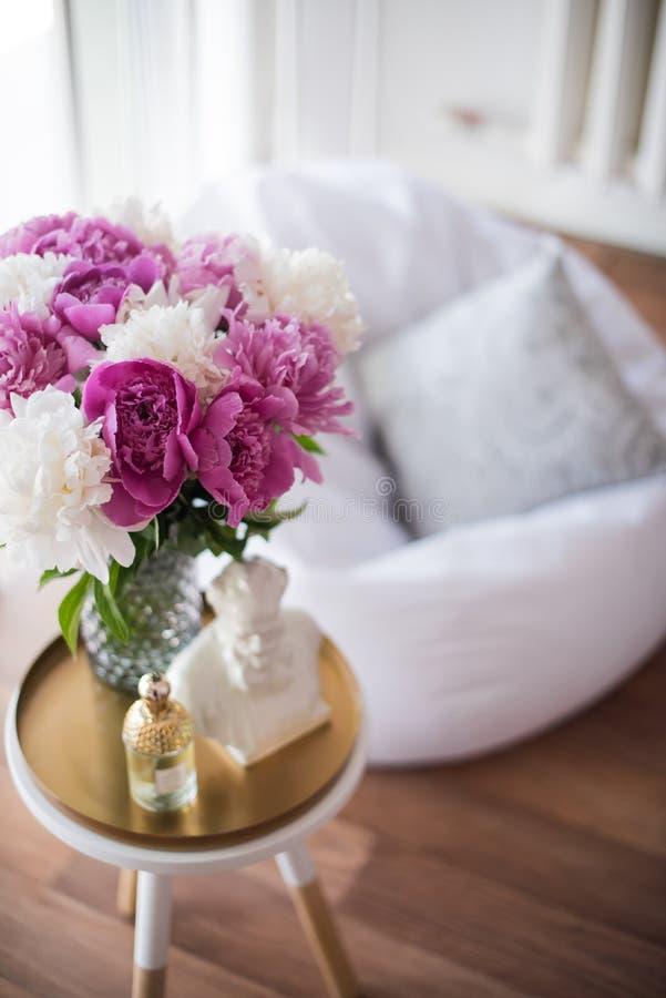 Εγχώρια διακόσμηση, φρέσκα ρόδινα peonies στο τραπεζάκι σαλονιού στο άσπρο roo στοκ εικόνες με δικαίωμα ελεύθερης χρήσης