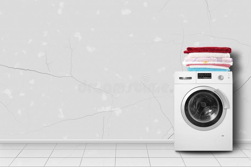 Εγχώρια συσκευή - σωρός πλυντηρίων και λινού στο σπίτι πιό interier στοκ φωτογραφία με δικαίωμα ελεύθερης χρήσης