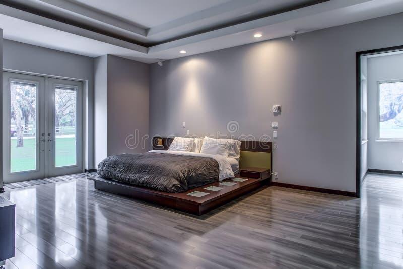 Εγχώρια σύγχρονη minimalistic κρεβατοκάμαρα πολυτέλειας της Φλώριδας στοκ εικόνα