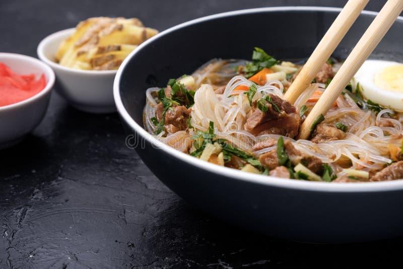Εγχώρια τρόφιμα Ασία, Βιετνάμ, σούπα νουντλς αυγών, ζωηρόχρωμο συστατικό τροφίμων για αυτά τα τρόφιμα όπως το αυγό, βόειο κρέας,  στοκ εικόνες