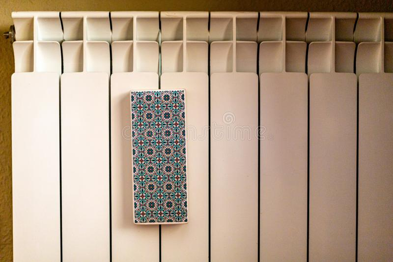 Εγχώριο άσπρο θερμαντικό σώμα με την ένωση του κεραμικού ψεκαστήρα στοκ φωτογραφίες