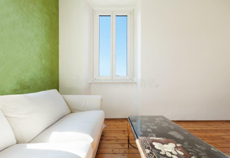 Άσπρο ντιβάνι, εσωτερικό στοκ εικόνα