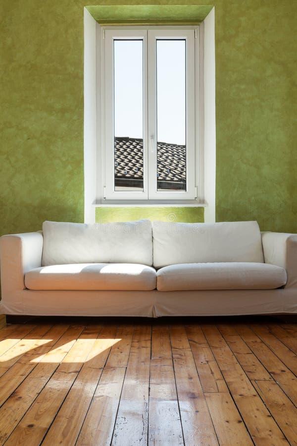 Άσπρο ντιβάνι, εσωτερικό στοκ φωτογραφία