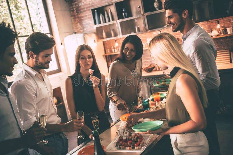 Εγχώριο κόμμα με τους κοντινότερους φίλους στοκ φωτογραφία με δικαίωμα ελεύθερης χρήσης