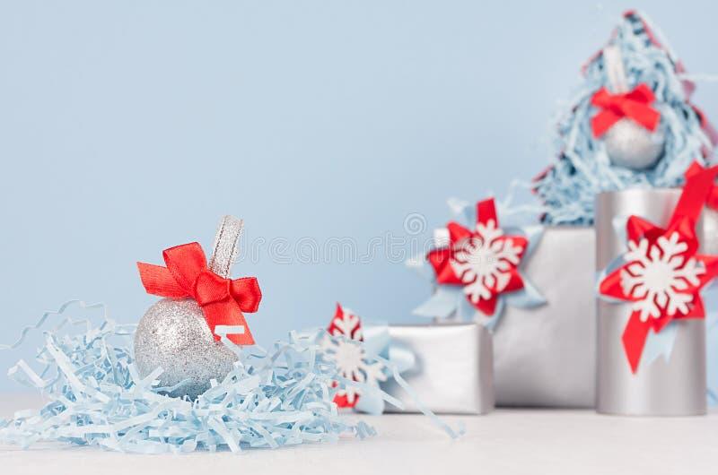 Εγχώριο ντεκόρ Χριστουγέννων στο μπλε και κόκκινο χρώμα κρητιδογραφιών - διακοσμητικό χριστουγεννιάτικο δέντρο με τις σφαίρες και στοκ εικόνες με δικαίωμα ελεύθερης χρήσης