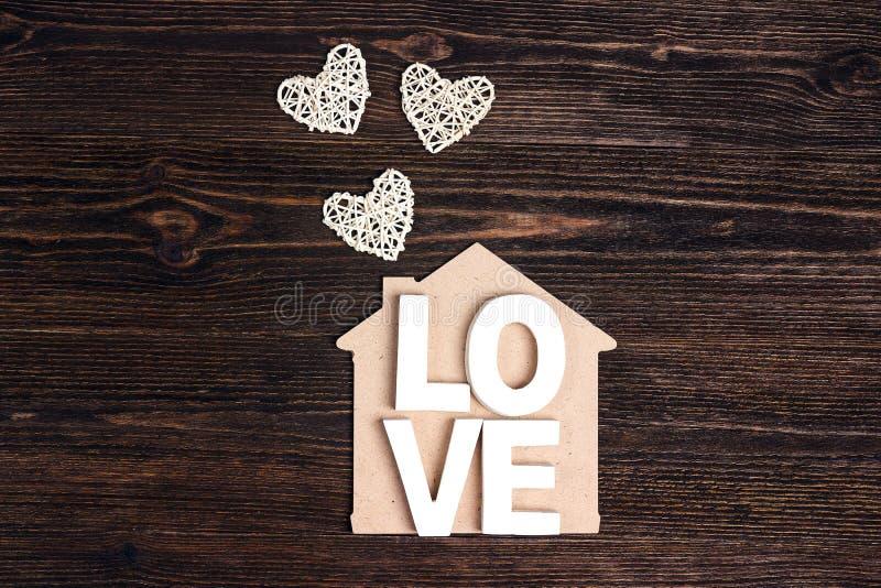 Εγχώριο σύμβολο με την αγάπη και καρδιές στο ξύλινο υπόβαθρο Έννοια ημέρας βαλεντίνων ` s στοκ εικόνες