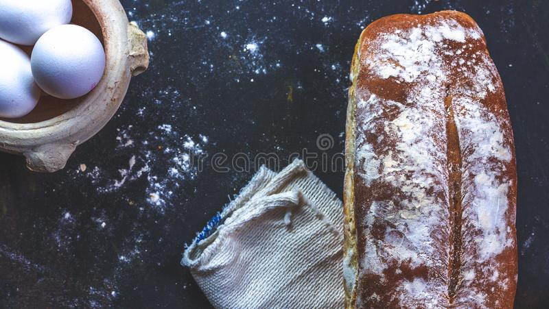 Εγχώριο ψωμί και αυγά και πετσέτα στοκ φωτογραφία