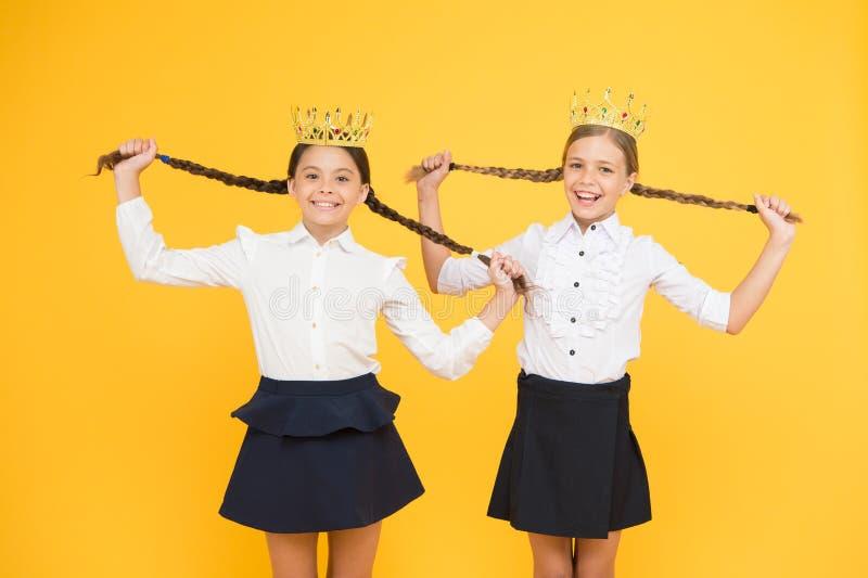 Εγωιστής έννοια prom βασίλισσα υπερηφάνεια παιδικής ηλικίας επιτυχία εκπαίδευσης o εγωιστικό μικρό όνειρο κοριτσιών για το μέλλον στοκ εικόνα