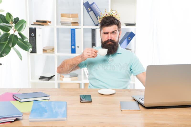 Εγωιστικός γραμματέας εγωιστικός επιχειρηματίας στη χρυσή κορώνα το εγωιστικό άτομο πίνει τον καφέ Εργασιακός χώρος προϊσταμένων  στοκ εικόνα