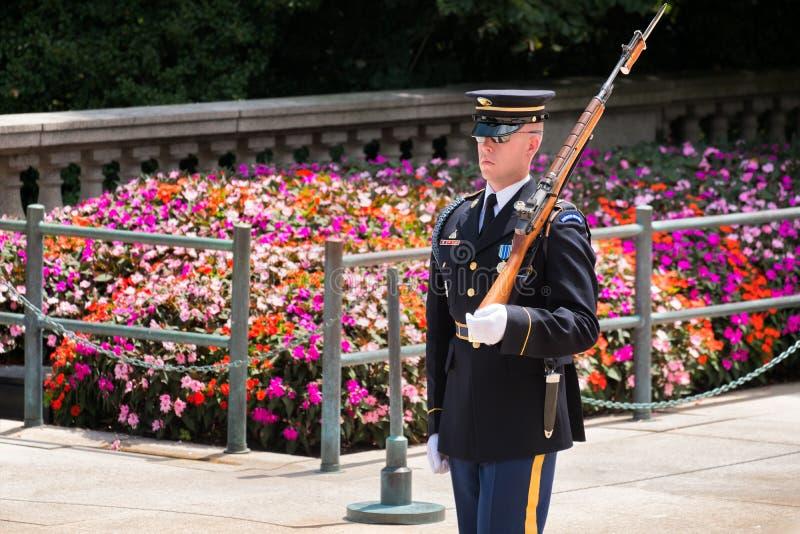Εθιμοτυπική φρουρά στον τάφο του άγνωστου στο έθνος του Άρλινγκτον στοκ φωτογραφίες