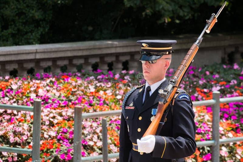 Εθιμοτυπική φρουρά στον τάφο του άγνωστου στο έθνος του Άρλινγκτον στοκ φωτογραφία με δικαίωμα ελεύθερης χρήσης