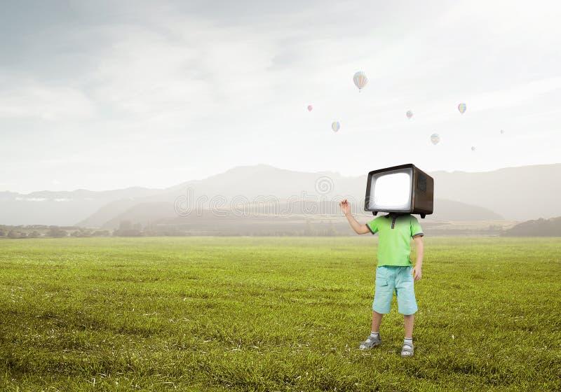 Εθισμένα TV παιδιά Μικτά μέσα στοκ φωτογραφία με δικαίωμα ελεύθερης χρήσης