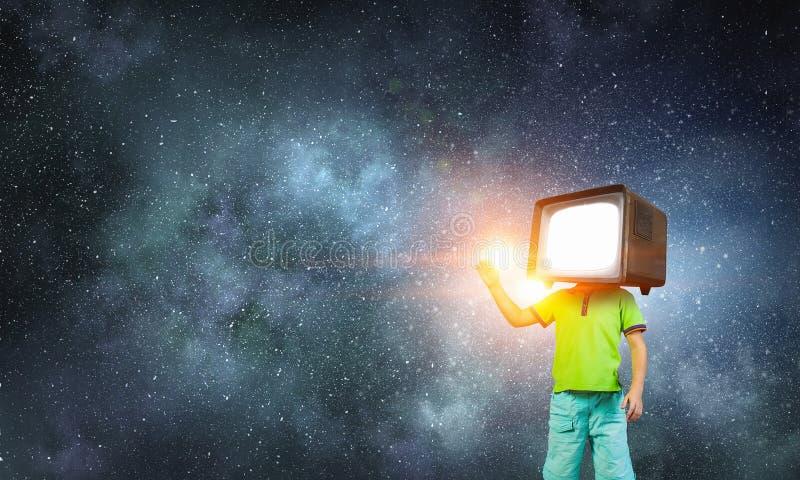 Εθισμένα TV παιδιά Μικτά μέσα στοκ φωτογραφίες με δικαίωμα ελεύθερης χρήσης