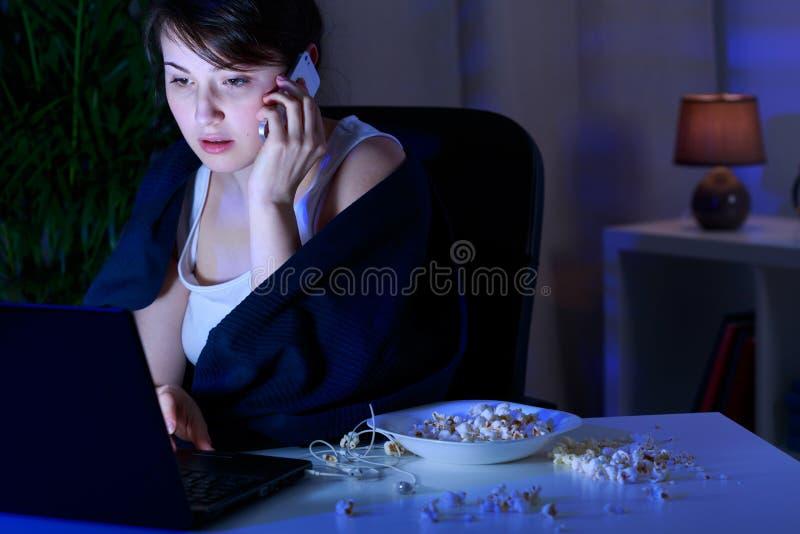 Εθισμένος στον υπολογιστή και το τηλέφωνο στοκ εικόνες