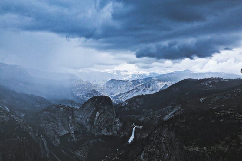 Εθνικά βουνά καταιγίδας πάρκων Yosemite στοκ φωτογραφία με δικαίωμα ελεύθερης χρήσης