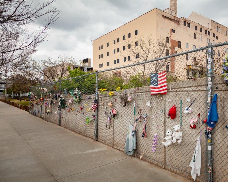 Εθνικές βομβαρδίζοντας μνημείο Πόλεων της Οκλαχόμα και κινηματογράφηση σε πρώτο πλάνο φρακτών στοκ εικόνες