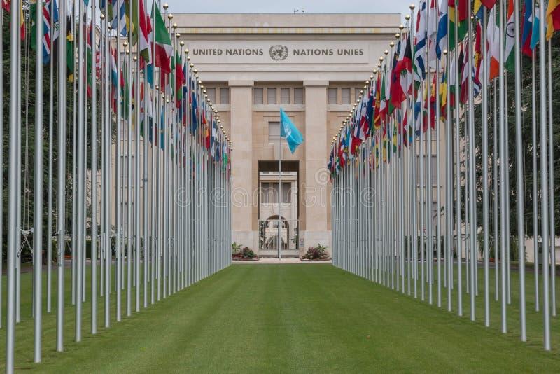 Εθνικές σημαίες στην είσοδο στο γραφείο των Η.Ε στη Γενεύη, Ελβετία στοκ φωτογραφία