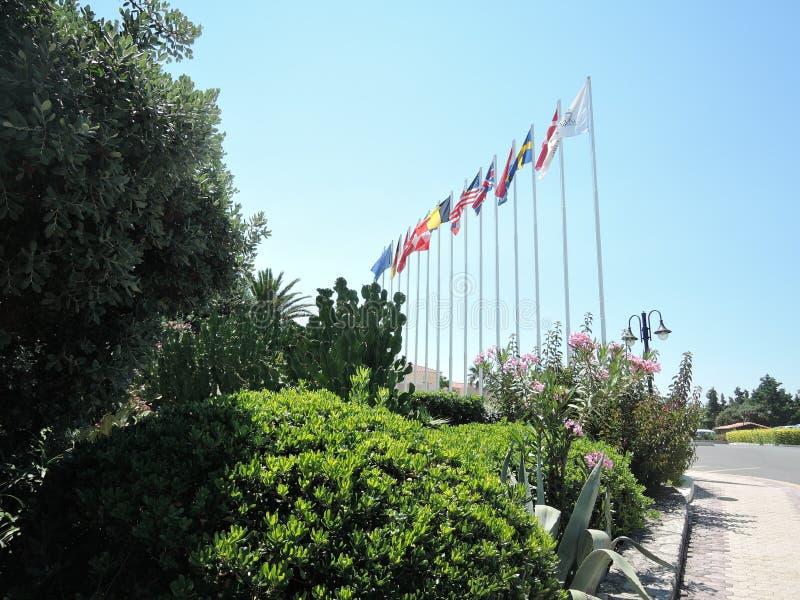 Εθνικές σημαίες των διάφορων χωρών που πετούν στον αέρα Σημαίες των χωρών κοντά στο διεθνές ξενοδοχείο στοκ εικόνες