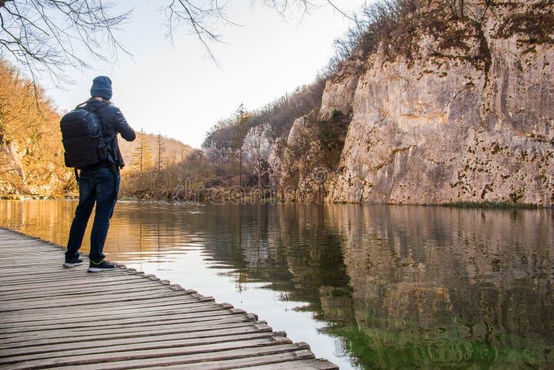 Εθνική άποψη πάρκων λιμνών Plitvice με έναν επισκέπτη, φωτογράφος στοκ εικόνες