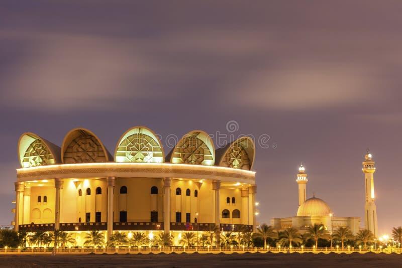 Εθνική βιβλιοθήκη του Μπαχρέιν και μεγάλο μουσουλμανικό τέμενος Al Fateh στοκ εικόνες