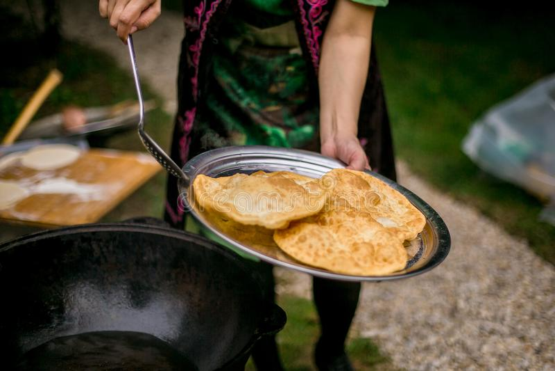 Εθνική διακόσμηση καλυβών με τα πιάτα και τα του Ουζμπεκιστάν παραδοσιακά τρόφιμα στοκ φωτογραφίες με δικαίωμα ελεύθερης χρήσης