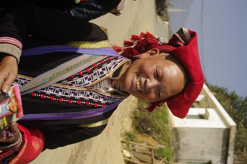 εθνική κόκκινη γυναίκα hmong pompoms στοκ φωτογραφία