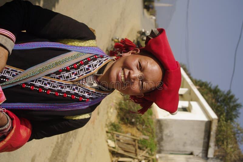 εθνική κόκκινη γυναίκα hmong pompoms στοκ φωτογραφίες