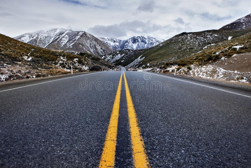Εθνική οδός ασφάλτου στον εθνικό δημοφιλέστερο διακινούμενο προορισμό πάρκων περασμάτων αρθούρου ` s στη Νέα Ζηλανδία στοκ φωτογραφίες