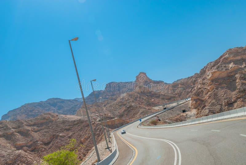 Εθνική οδός ερήμων που διασχίζει τη μικρή σειρά βουνών στοκ εικόνες με δικαίωμα ελεύθερης χρήσης