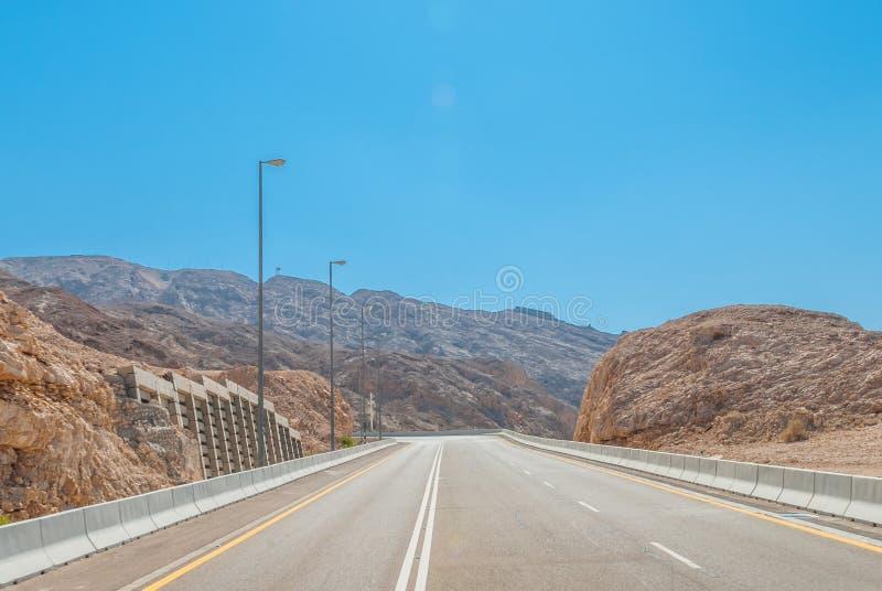 Εθνική οδός ερήμων που διασχίζει τη μικρή σειρά βουνών στοκ εικόνα με δικαίωμα ελεύθερης χρήσης