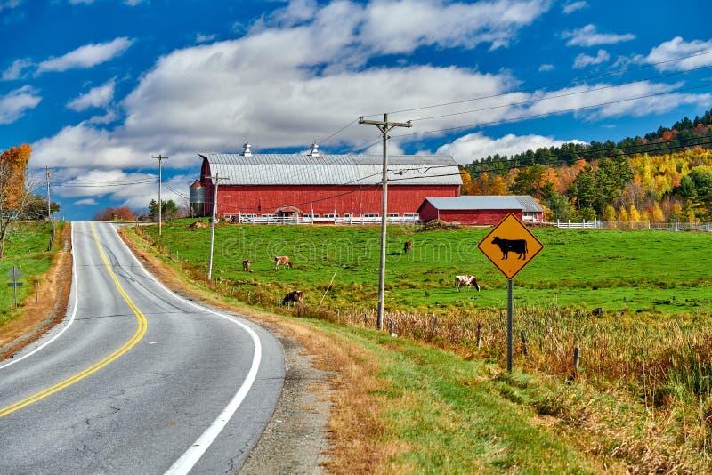 Εθνική οδός και κόκκινη σιταποθήκη στην ηλιόλουστη ημέρα φθινοπώρου στοκ εικόνες