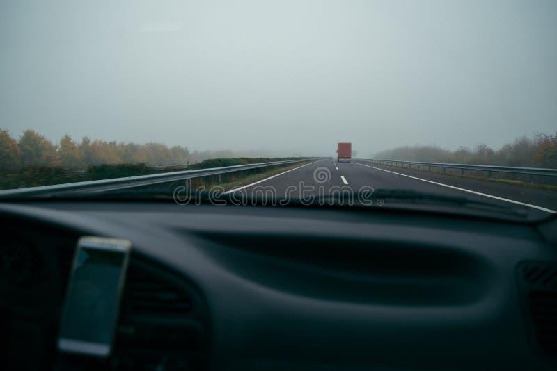 Εθνική οδός κατά την άποψη ομίχλης από το αυτοκίνητο στοκ φωτογραφία