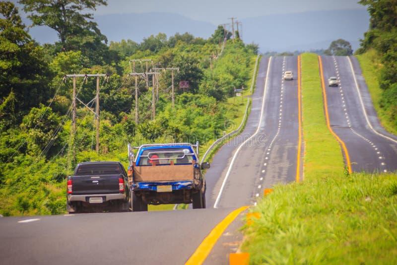 Εθνική οδός κλίσεων με την ηλιοφάνεια και το πράσινο νησί κυκλοφορίας Τεσσάρων λωρίδων στοκ εικόνα με δικαίωμα ελεύθερης χρήσης