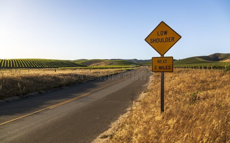 Εθνική οδός μέσω των σειρών των πολύβλαστων αμπελώνων σε μια βουνοπλαγιά, κοιλάδα Napa, Καλιφόρνια στοκ φωτογραφία με δικαίωμα ελεύθερης χρήσης