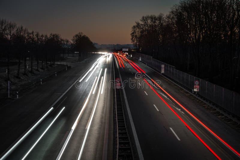 Εθνική οδός που οδηγεί μέσα στα όρη από το ηλιοβασίλεμα στοκ φωτογραφία