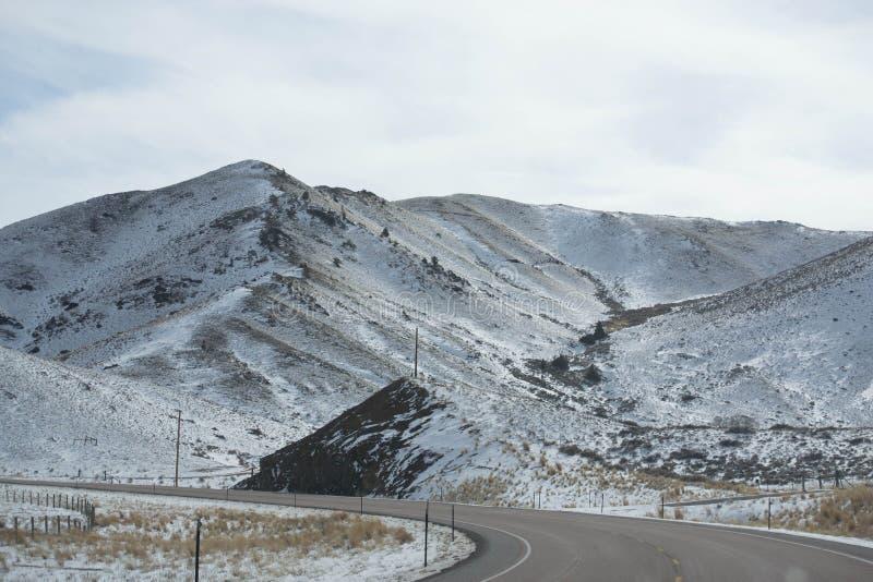 Εθνική οδός που τυλίγει μετά από ένα χιονώδες βουνό στοκ φωτογραφίες
