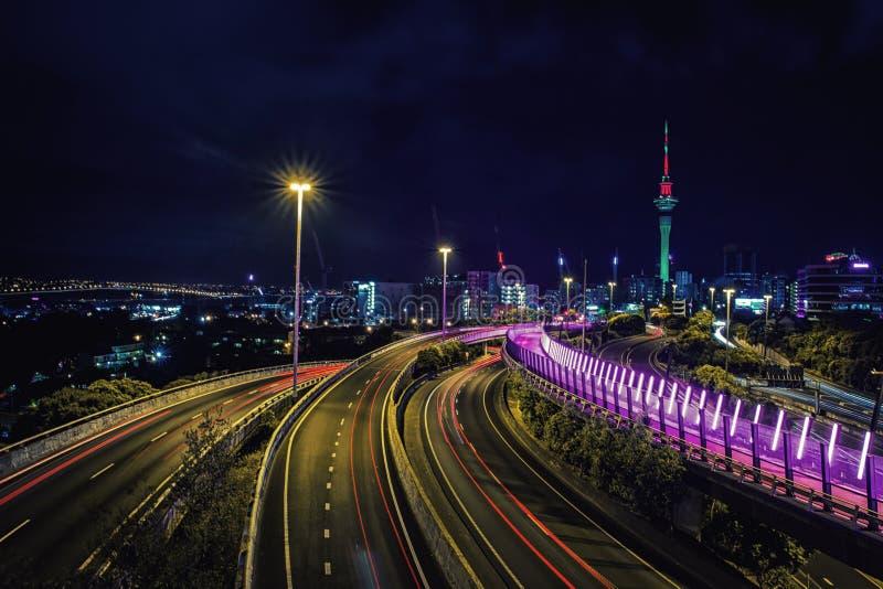 Εθνική οδός του Ώκλαντ τη νύχτα και ορίζοντας πόλεων στοκ εικόνα με δικαίωμα ελεύθερης χρήσης