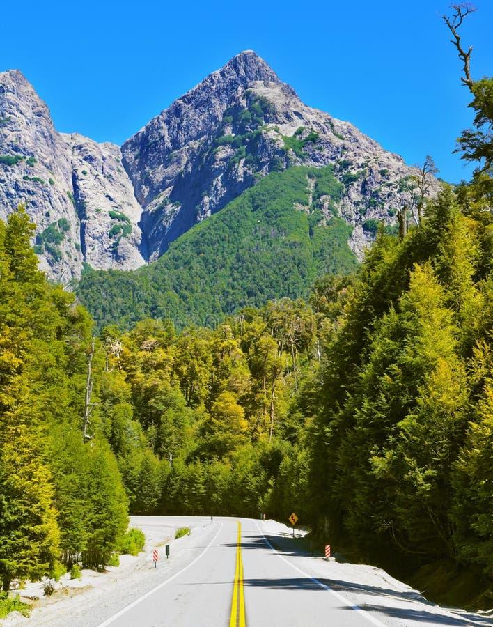 Εθνική οδός στα βουνά της Παταγωνίας στοκ φωτογραφίες